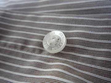 Пластиковая пуговица на рубашке Henderson
