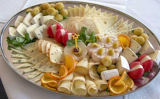 Большая сырная тарелка с украшениями