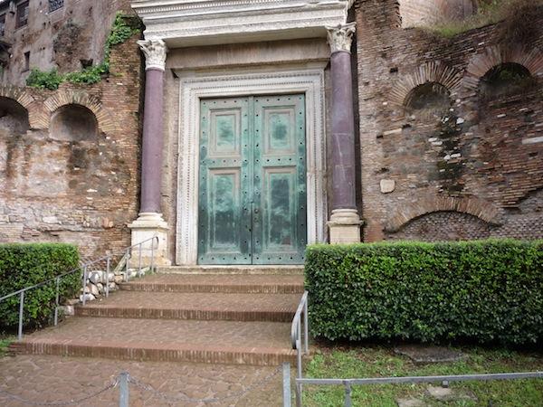 Храм Ромула (вход)