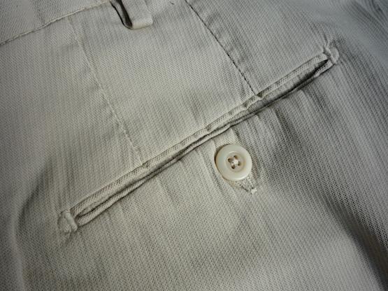 Задний карман на пуговице