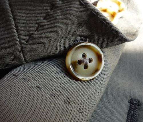 Расстёгнутая пуговица на манжете пиджака