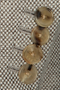 Роговые пуговицы на рукаве пиджака Huntsman