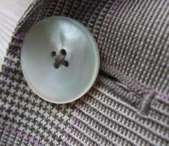 Перламутровая пуговица на пиджаке Pal Zileri