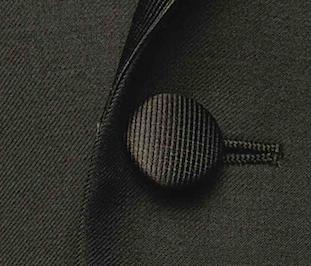 Обтянутая тканью пуговица на смокинге