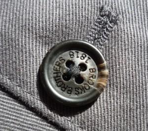 Пуговица на чиносах Brooks Brothers - имитация рога