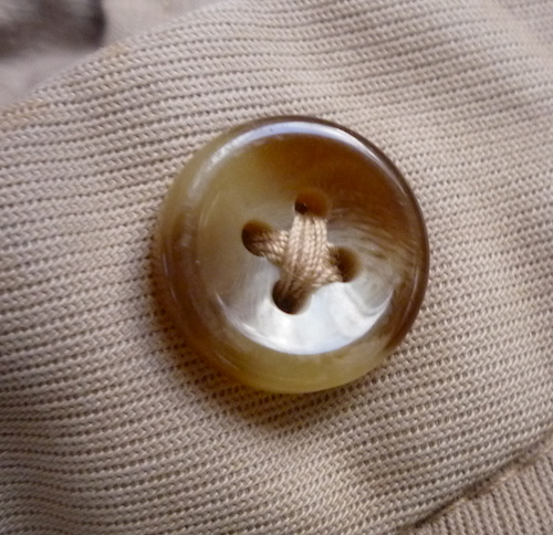Роговая пуговица на брюках Incotex