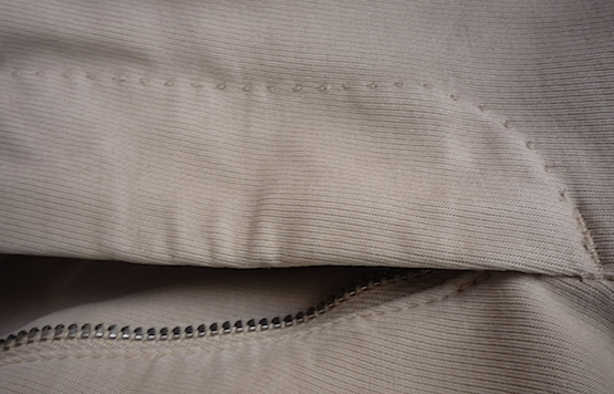 Фигурная строчка на брюках Incotex
