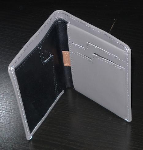 Раскрытый серый кошелек Bellroy