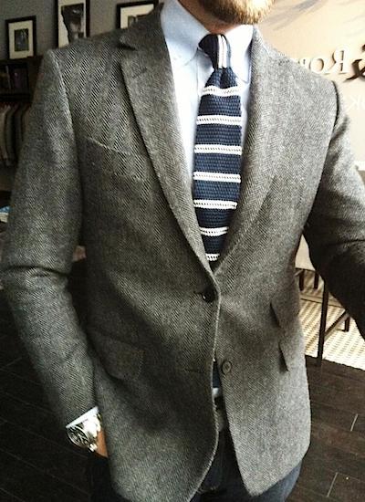 Твидовый пиджак и вязаный галстук