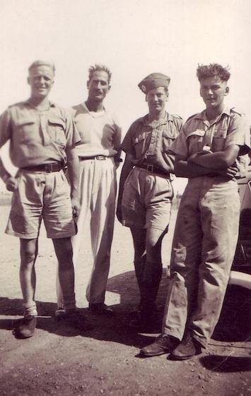 Солдаты в шортах и брюках цвета хаки