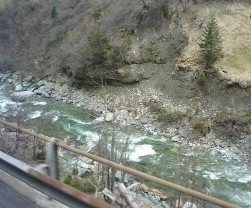 Горный ручей в Швейцарии (возле дороги)