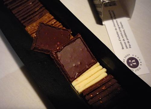Вскрытая упаковка с handmade шоколадом от Max Chocolatier