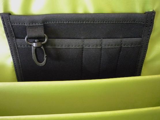 Слоты для ручек и карточек в сумке-чемодане
