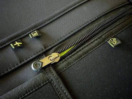 Один из задних карманов на сумке-чемодане