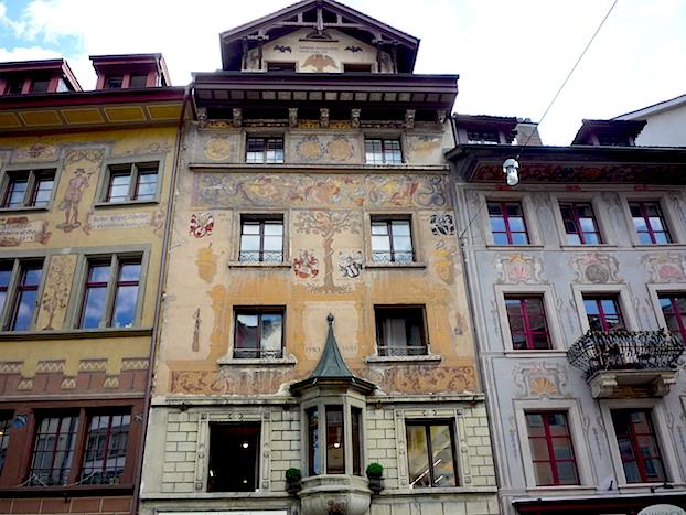 Один из домов с фресками на площади Вайнмаркт