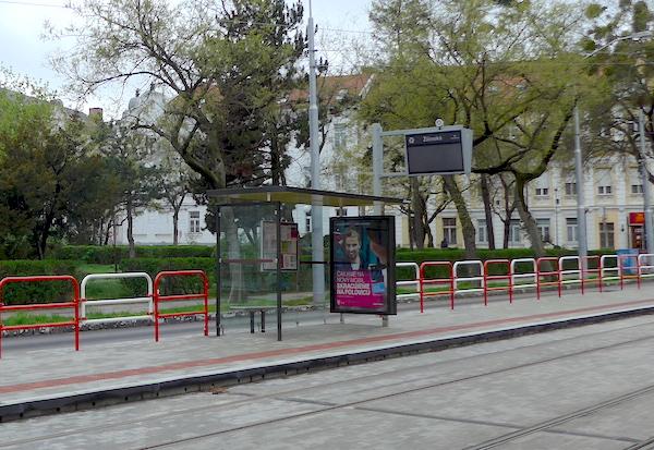 Трамвайная остановка и табло