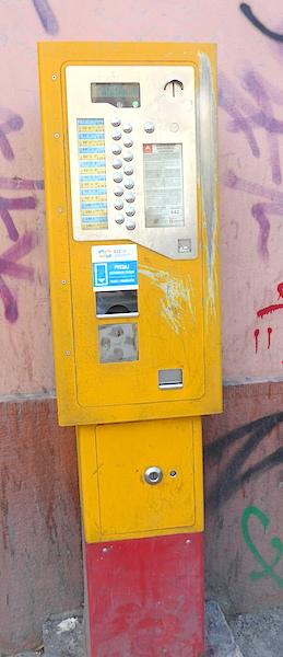 Ободранный автомат на фоне граффити