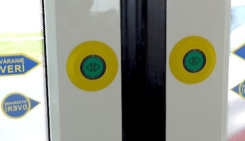 Кнопки на дверях в братиславском трамвае