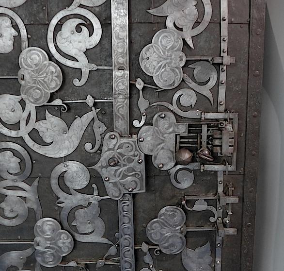 Фрагмент старой двери и замок