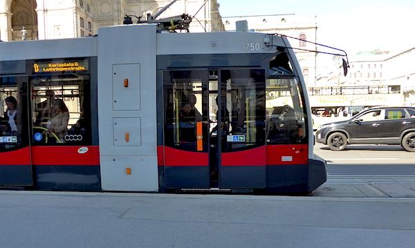 Modern_Wien_tram2