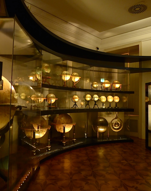 Экспозиция музея глобусов