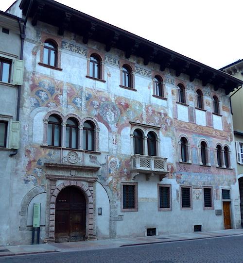 Тренто - фрески на стене дома