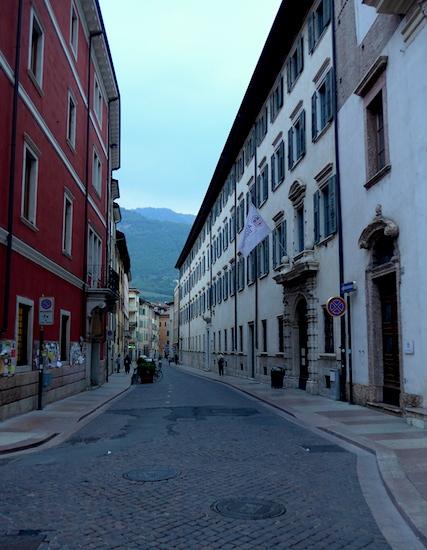 Тренто - горы и улица