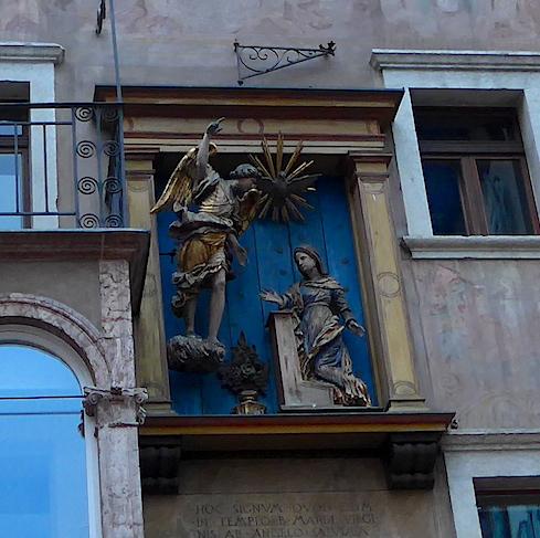 Тренто - украшение на стене дома