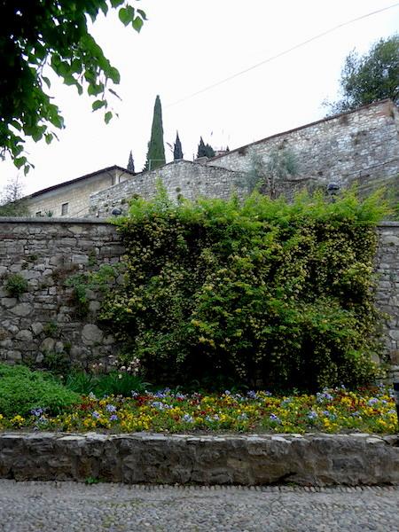 Замок в Брешии - клумба с цветами
