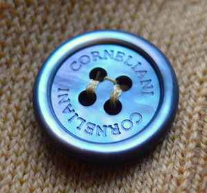 Corneliani - фирменная пуговица