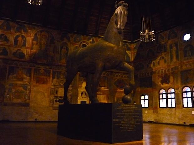 Дворец правосудия в Падуе - статуя троянского коня
