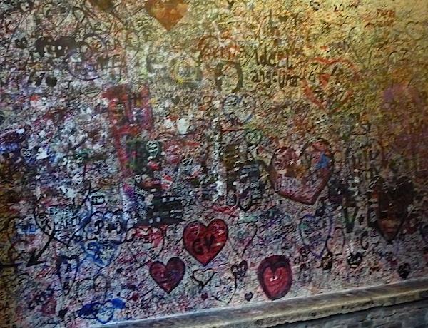 Надписи на стене у дома Джульетты в Вероне