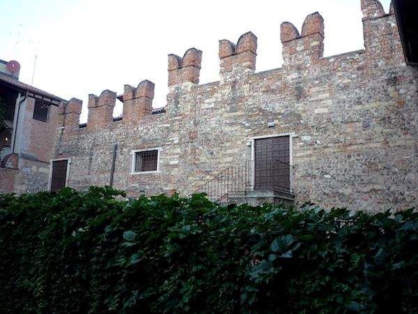 стена возле дома