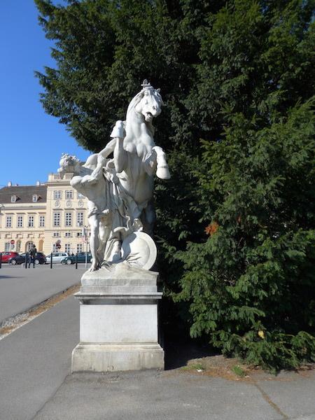 статуя на площади Марии Терезы в Вене