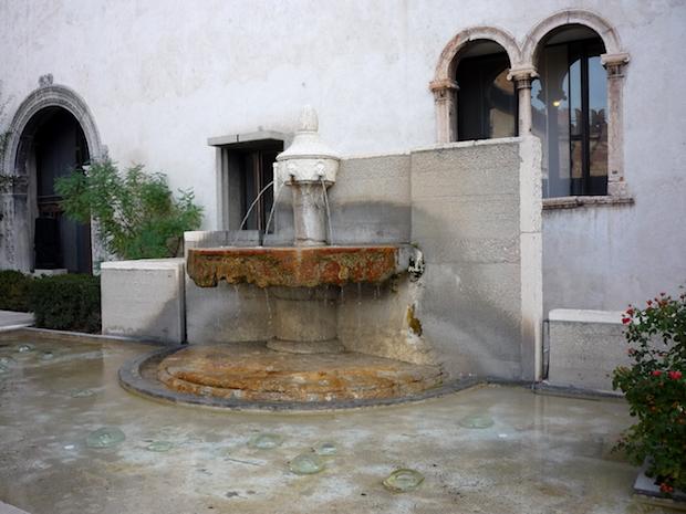 Кастельвеккьо - фонтан