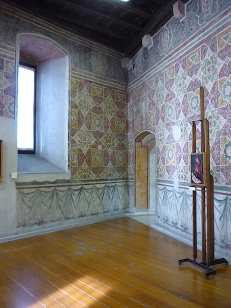 комната с фресками в замке