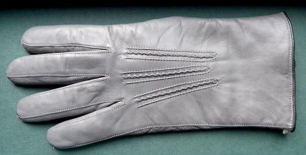 серая кожаная перчатка
