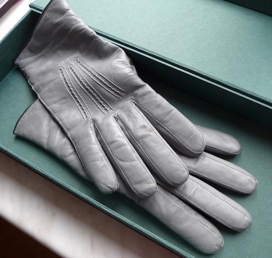 перчатки их серой наппы