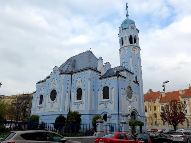 церковь голубого цвета
