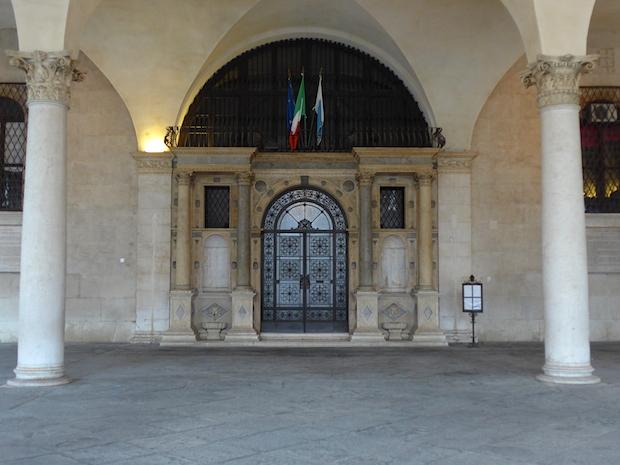 фонтаны у палаццо делла Лоджия
