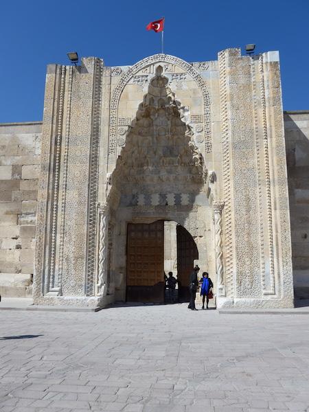 вход в караван-сарай Султанханы