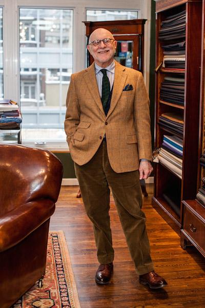 Брюс Бойер в вельветовых брюках