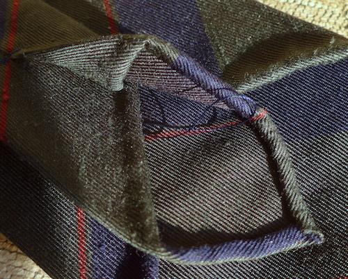 ниточка на галстуке