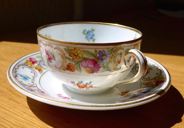 Антикварная чашка с блюдцем