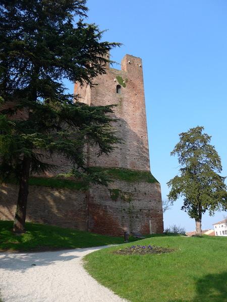Крепостная башня из кирпича