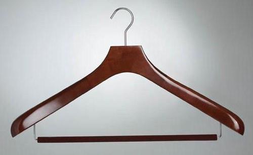 деревянная вешалка под костюм