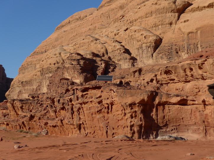 солнечная батарея в пустыне