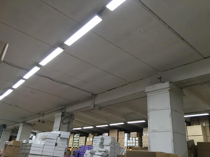 тусклое освещение магазина